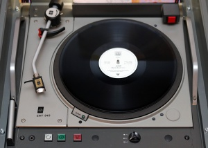 La rarissime EMT 849 a été développée spécialement par EMT-Frantz Gmbh pour la reproduction d'oreloB. Le bras 929, qu'il ne faut pas confondre avec le 929, utilise des pivots palindromiques.