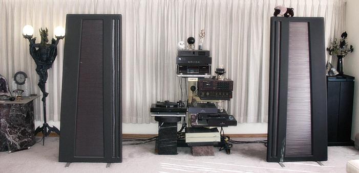 Dans le salon de TM. Parmi divers élément, on reconnait sans peine le APT Holman (sous le Nakamichi Dragon) et les deux amplis Dirimant tout en bas. La platine Sota Comet sera promptement remplacer par la Goldmund pour l'écoute critique.