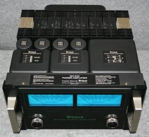 McIntosh MC500. On voit bien les deux autotransformateurs.