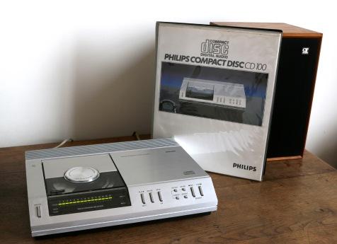 Le CD100 était accompagné d'un coffret contenant le mode d'emploi, un livret explicatif sur la musique numérisé et un CD de démonstration.